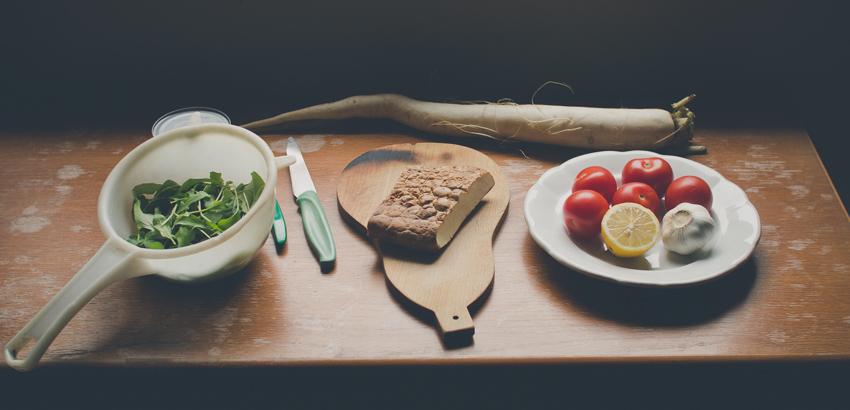 Príprava rukolového šalátu s tuniakom